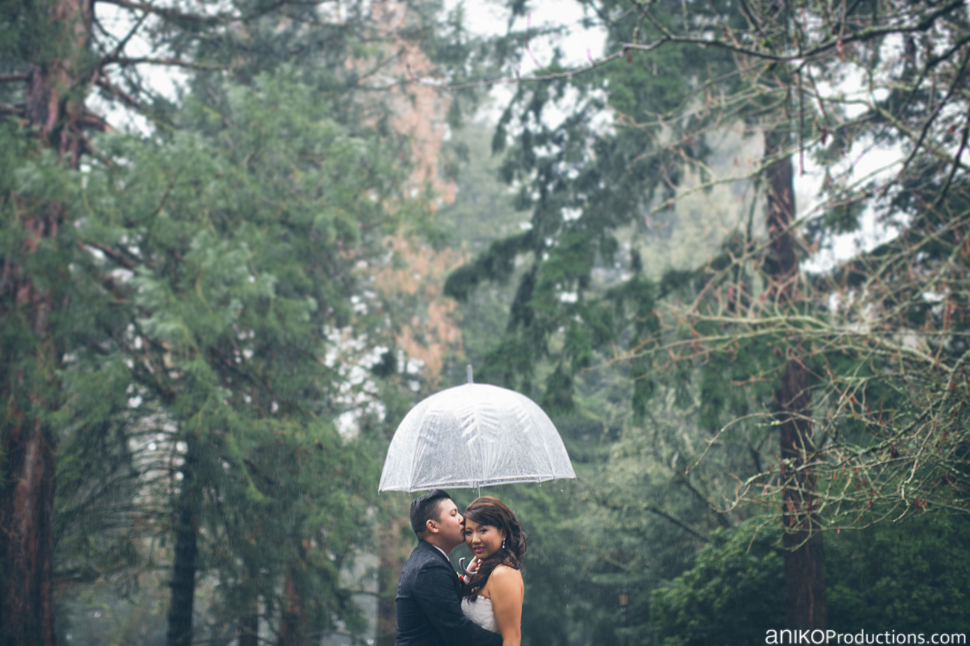 portland-wedding-photos-rain-umbrellas-bride-groom