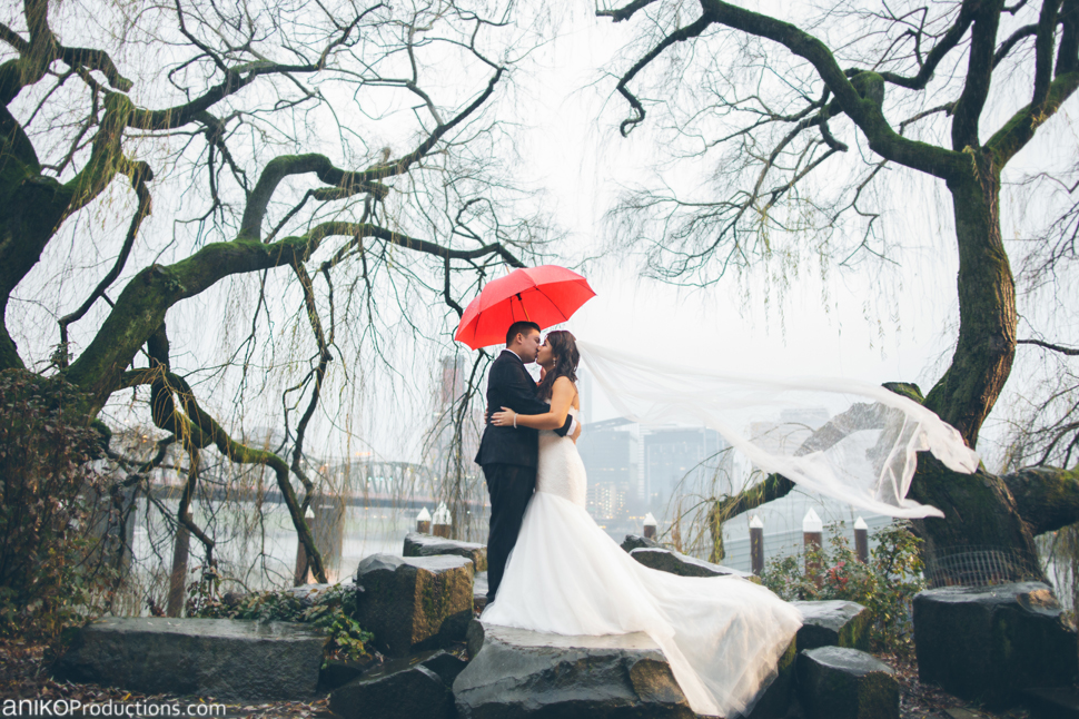 portland-wedding-photos-waterfront-hawthorne-bridge-dock-rain-umbrellas-bride-groom2
